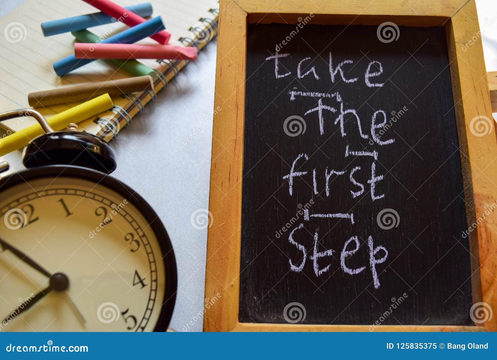 Tome à frase da primeira etapa escrito à mão colorido no quadro, no despertador com motivação e nos conceitos da educação