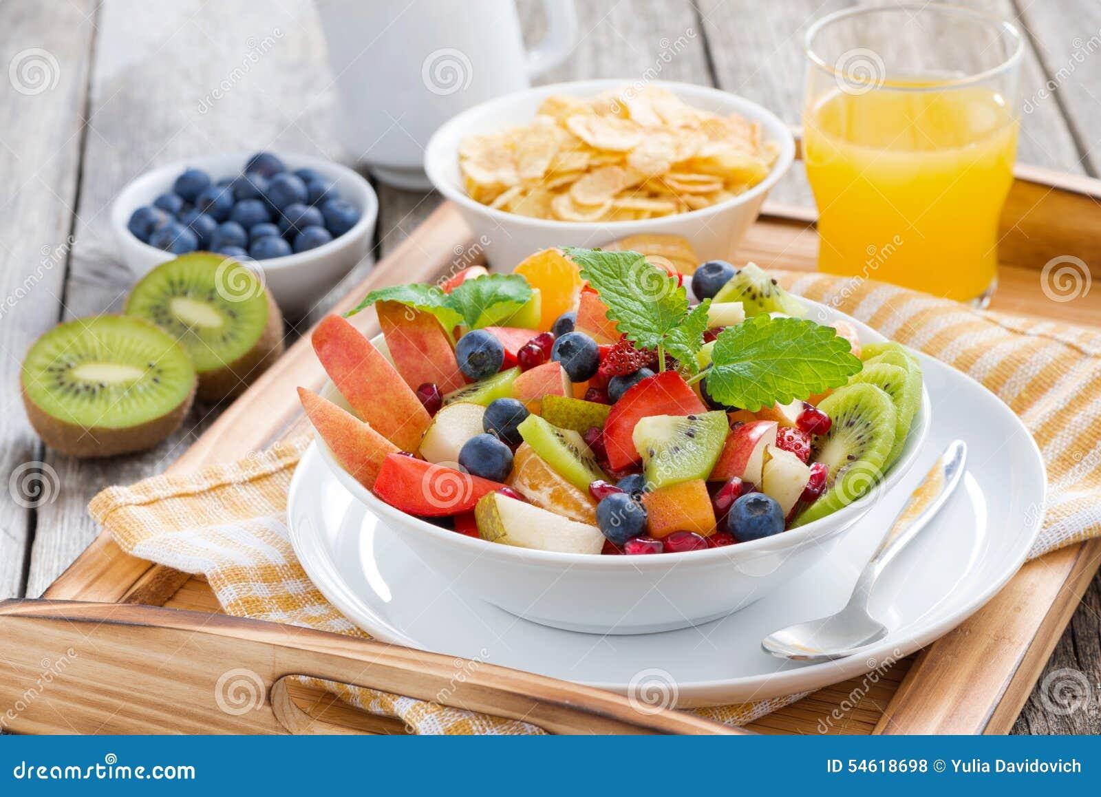 Tome o café da manhã com salada, flocos de milho e suco de laranja de fruto