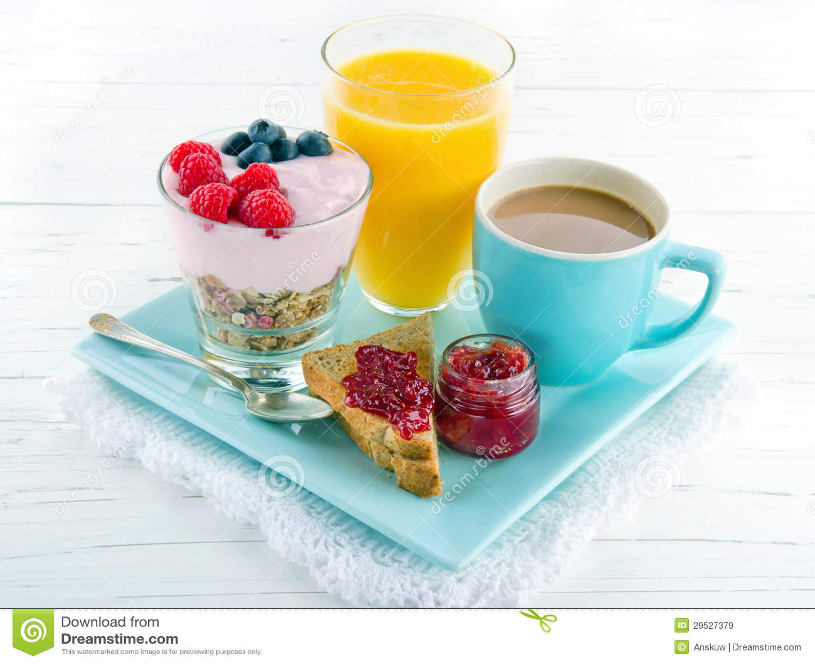 Tome o pequeno almoço com iogurte, bagas, suco, brinde e café