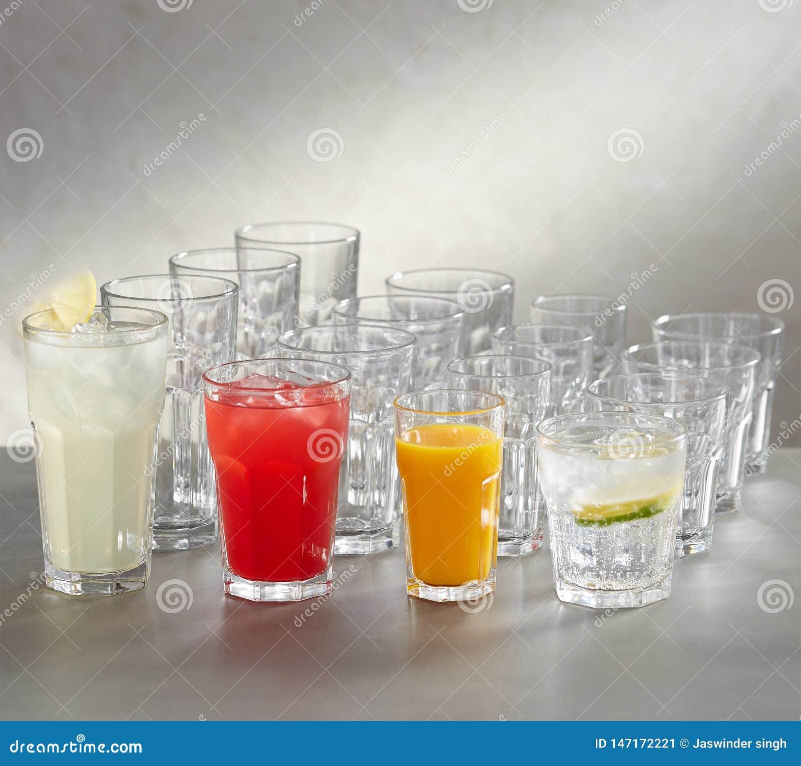 Tomma fruktsaftexponeringsglas -, röd fruktsaft, vit fruktsaft och rosa fruktsaft