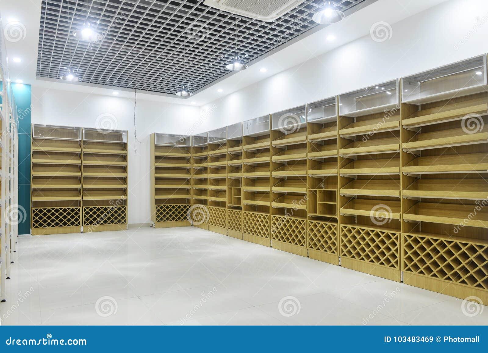 Tomma lagerhyllor av supermarketinre