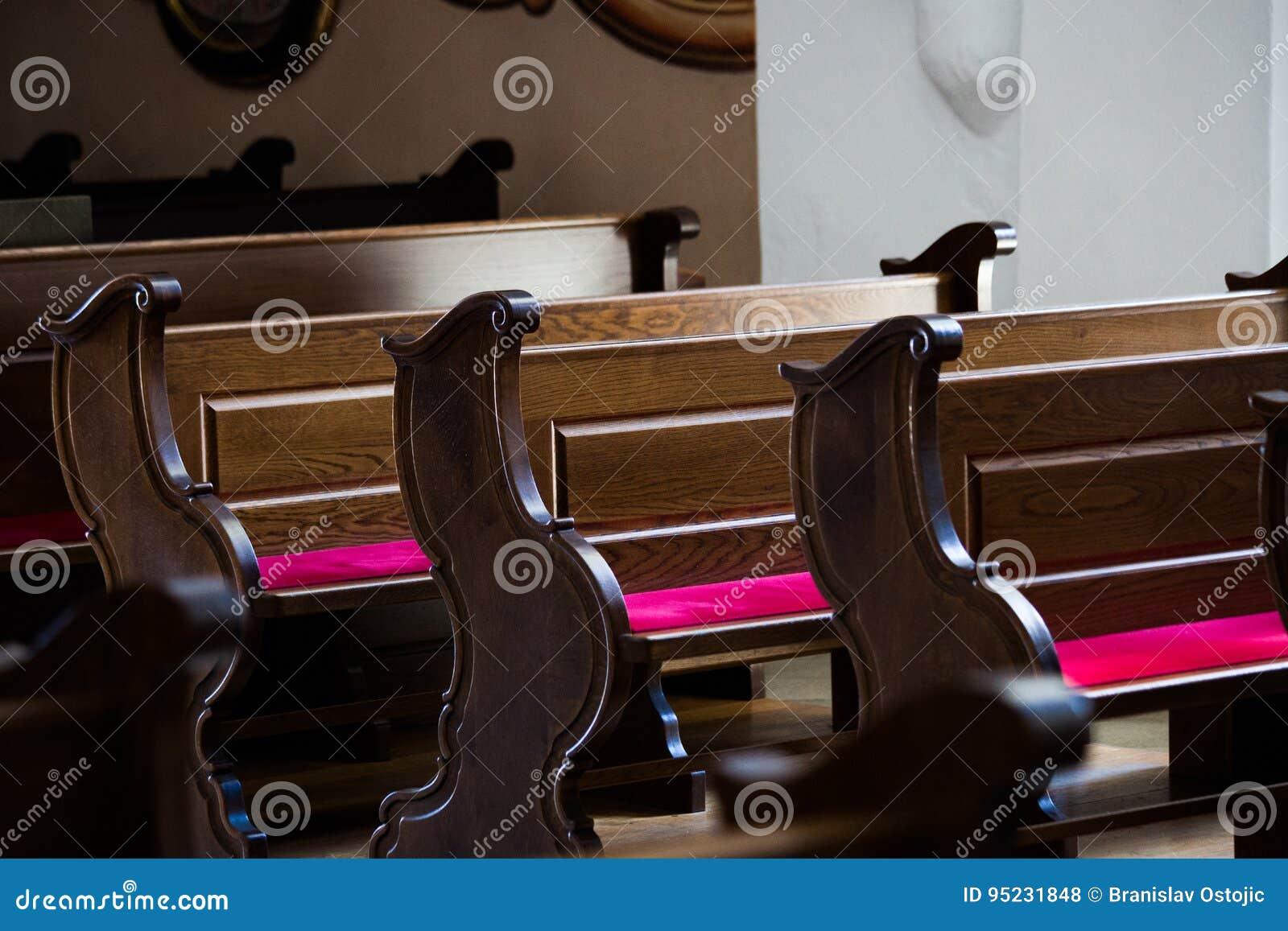 Tomma träbänkar i katolsk kyrka