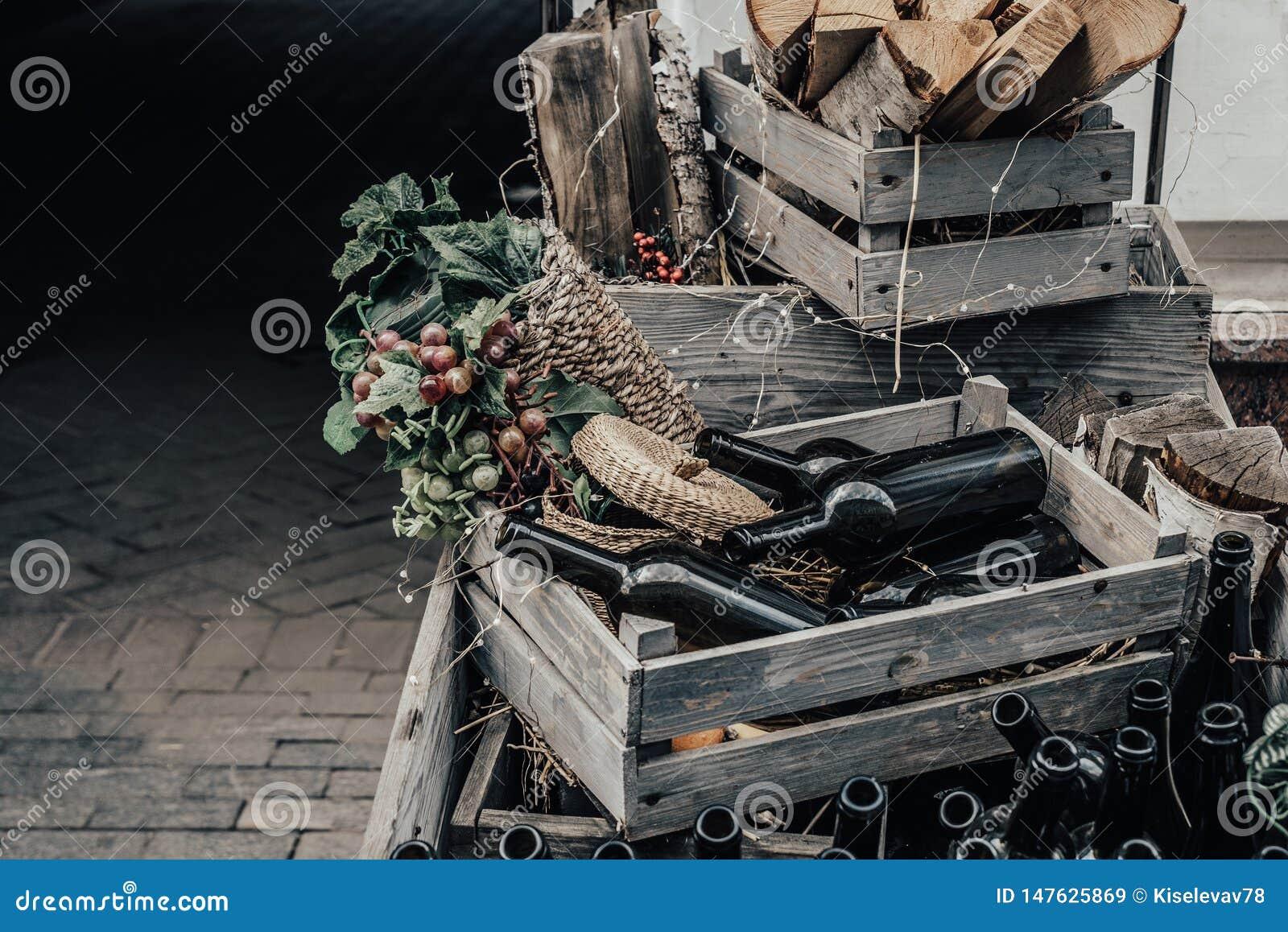 Tomma vinflaskor i en tr?ask och druvor med utrymme f?r att m?rka eller design