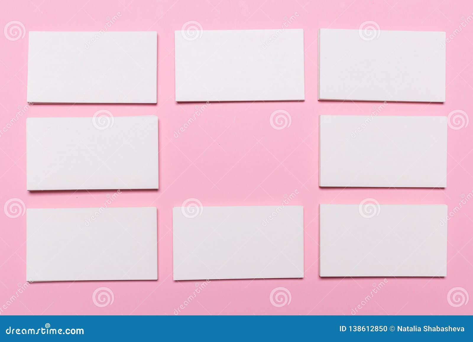 Tomma vita affärskort på rosa bakgrund