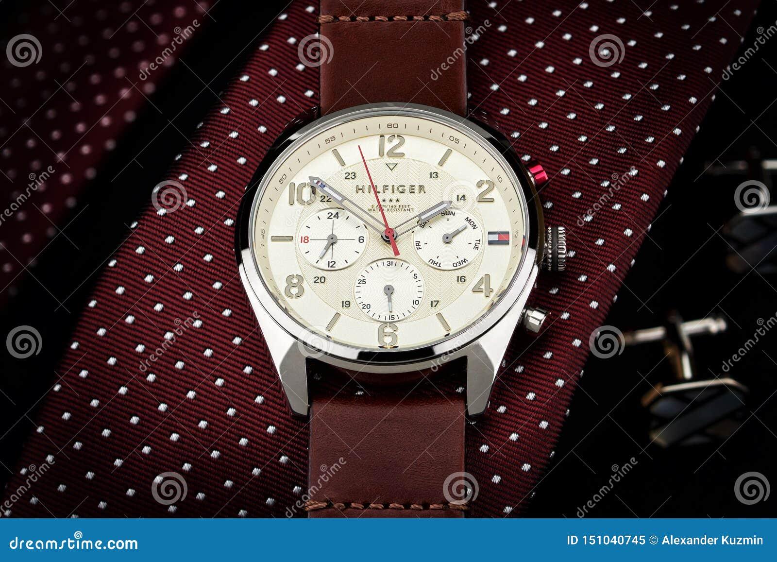 Tommy Hilfiger klocka som ligger på ett band, lyxigt som är dyrt