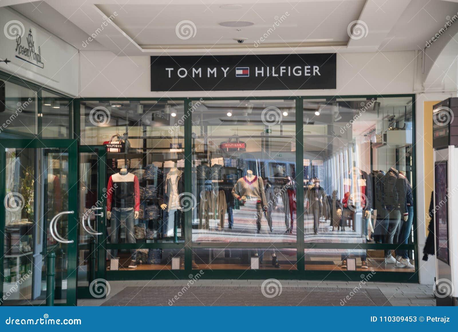 4c0df92337a0f Parndorf, Austria, Luty 15, 2018: Tommy Hilfiger sklep w Parndorf, Austria Tommy  Hilfiger jest Amerykańskim firmą międzynarodowa zakładającym w 1985