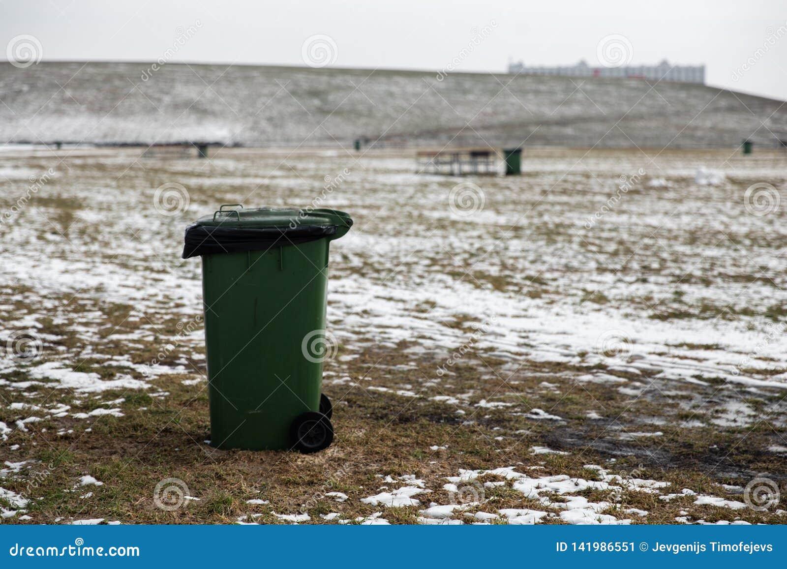 Tomt anseende för annonsutrymmesoptunna i ett picknickfält i vinter