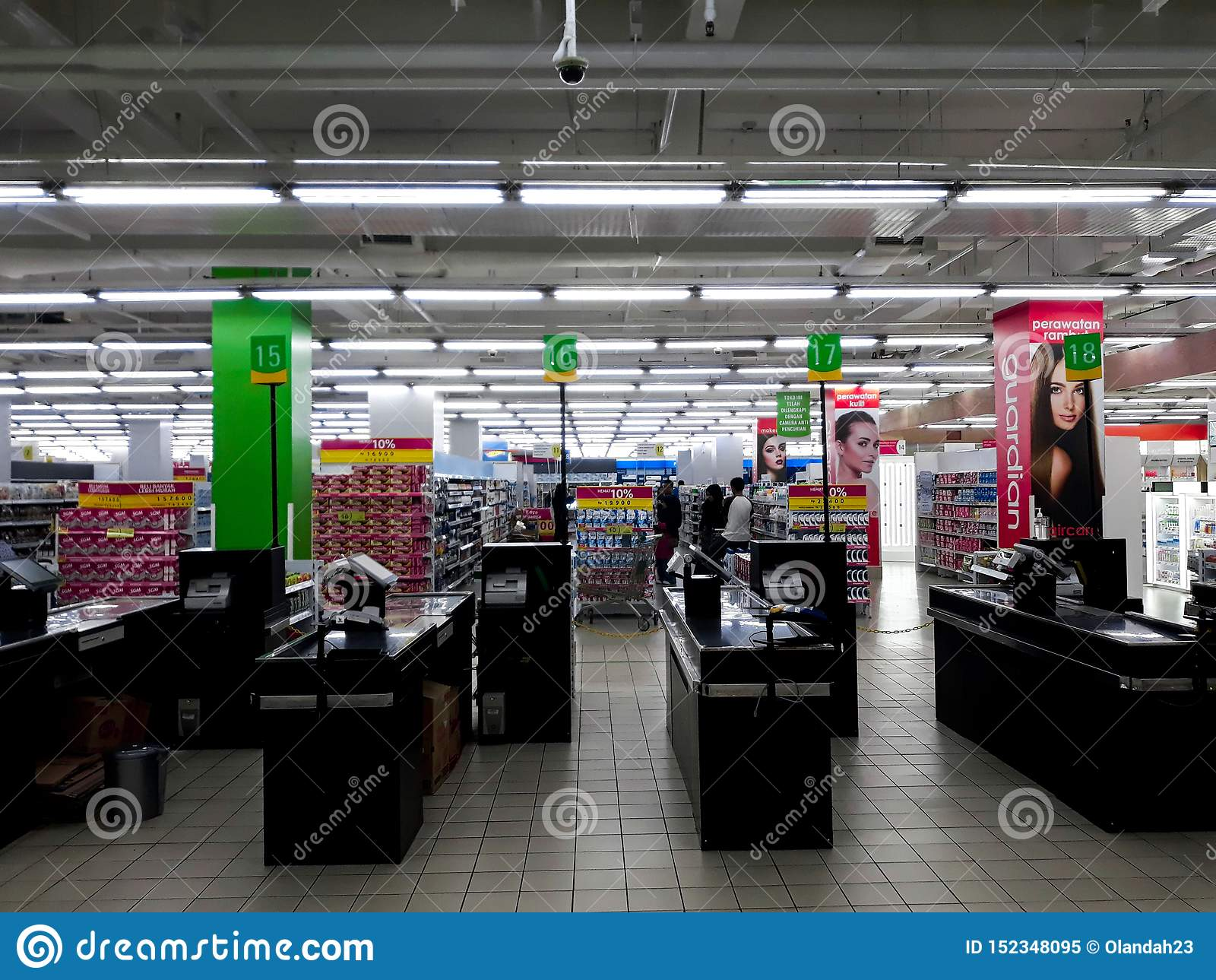 Tomt kassörskaarbetsställe på supermarket inom en shoppinggalleria i Indonesien