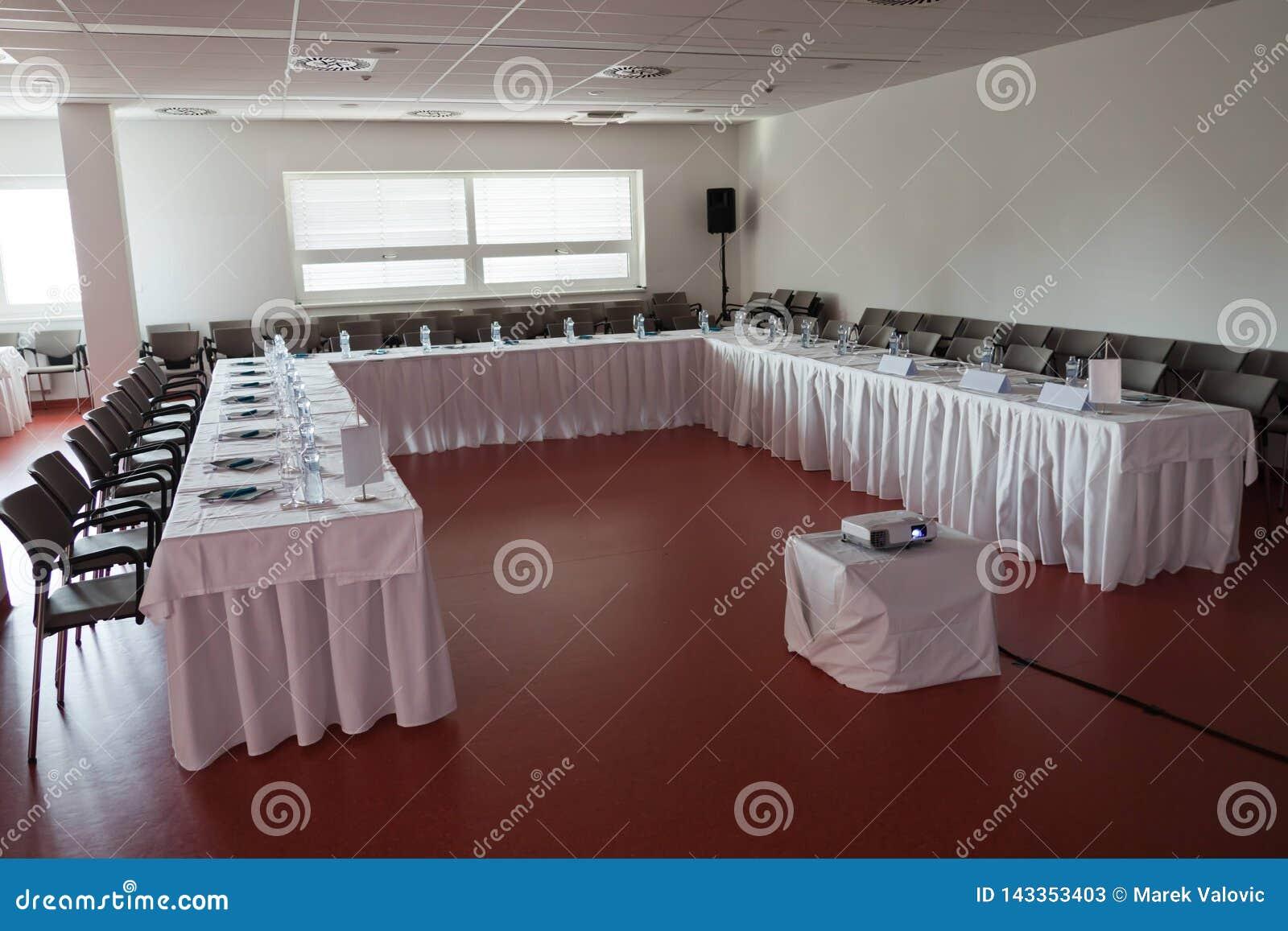 Tomt kongressrum för seminarium, flaskor av mineralvatten på tabellen