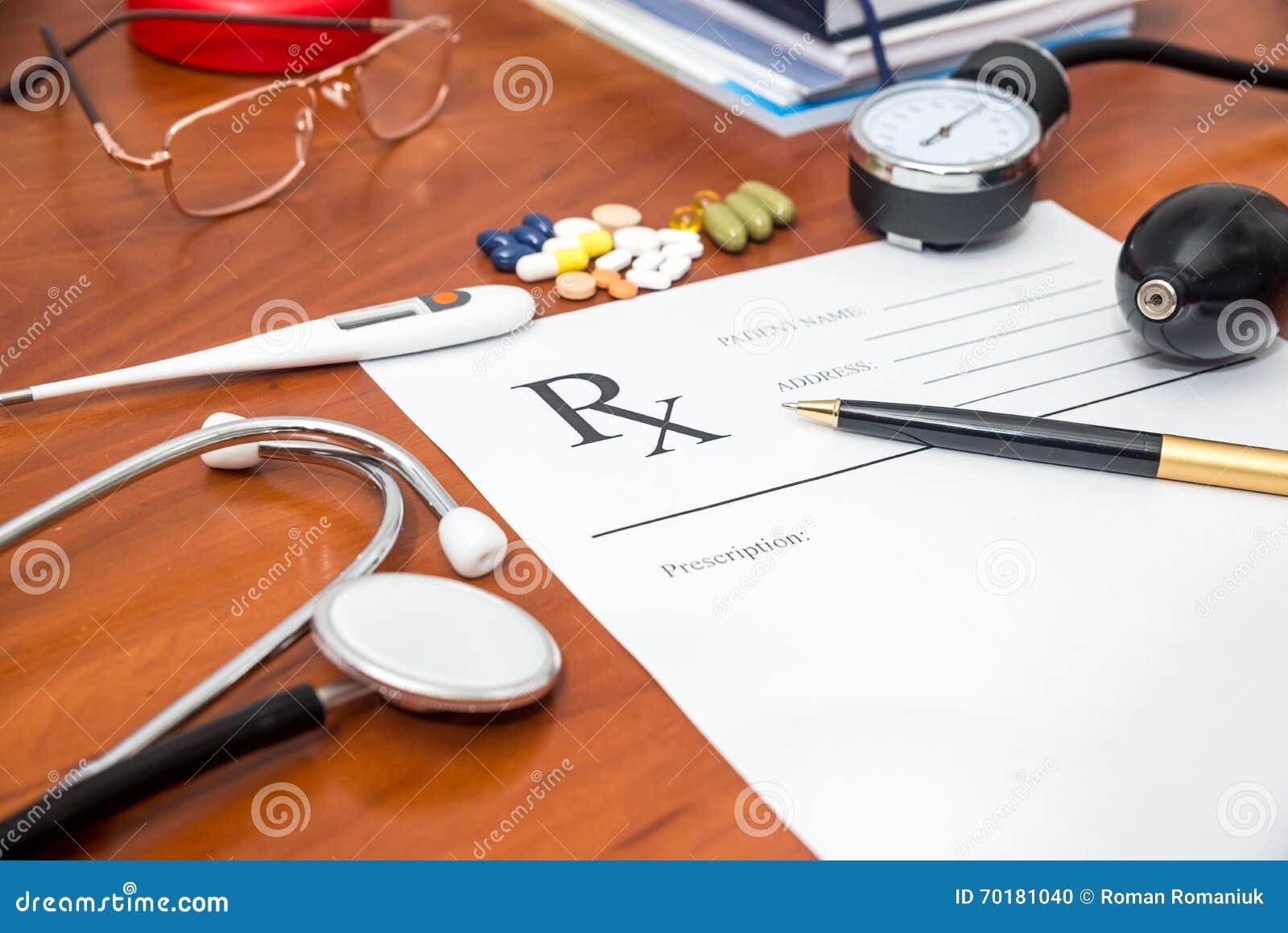 Tomt medicinskt recept med stetoskopet, preventivpillerar, penna