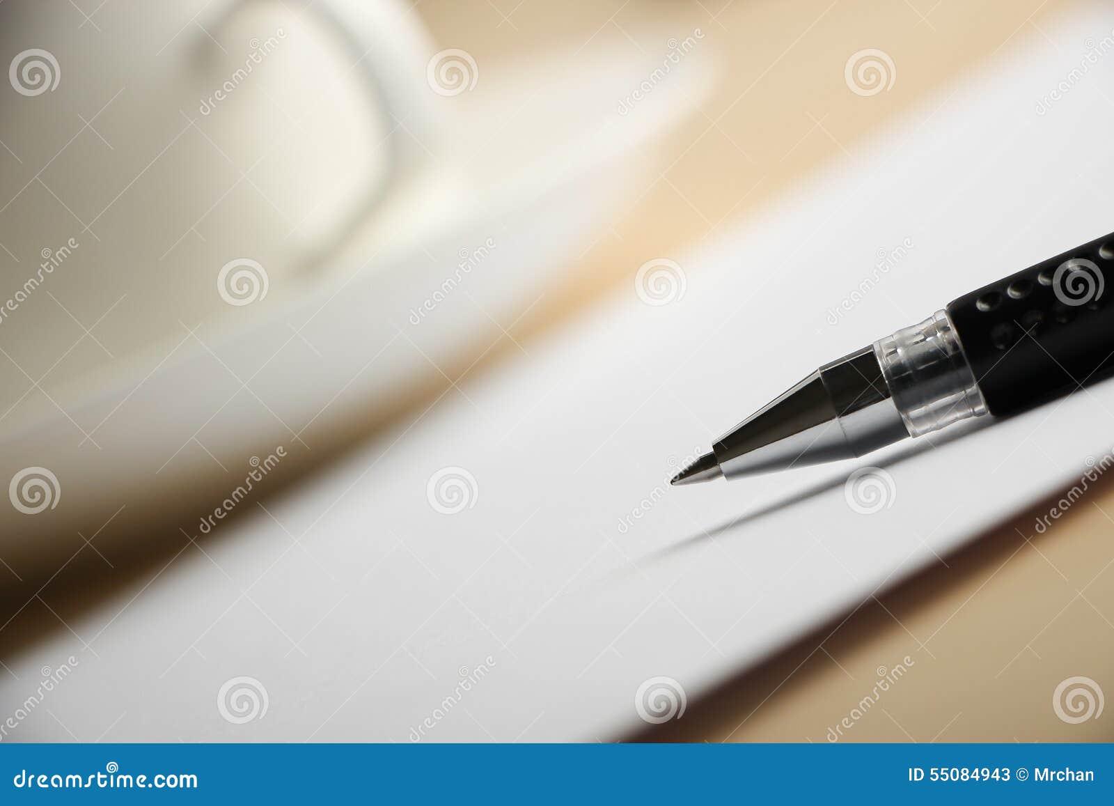 Tomt papper med bollpennan och kaffe
