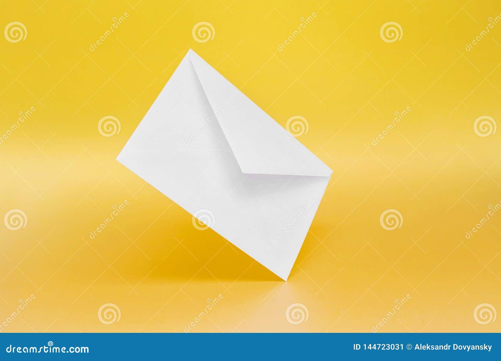 Tomt pappers- kuvert på gul bakgrund