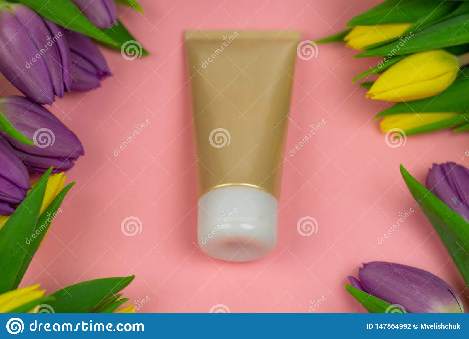 Tomt r?r av kr?m p? en rosa bakgrund med blommor