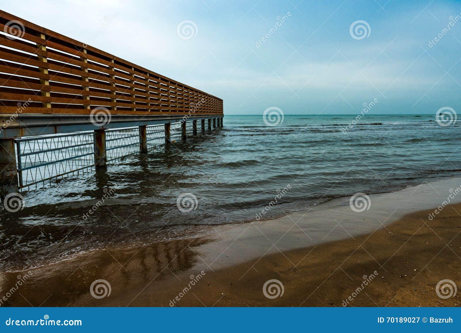 Tomt strand, vågor och staket