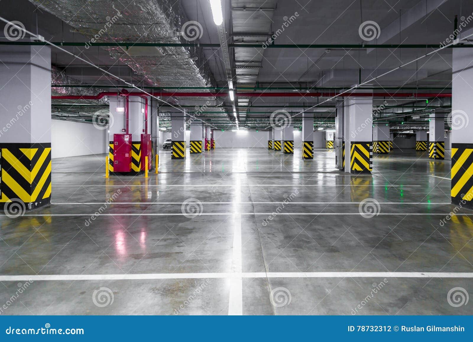 Tomt underjordiskt parkeringsgarage