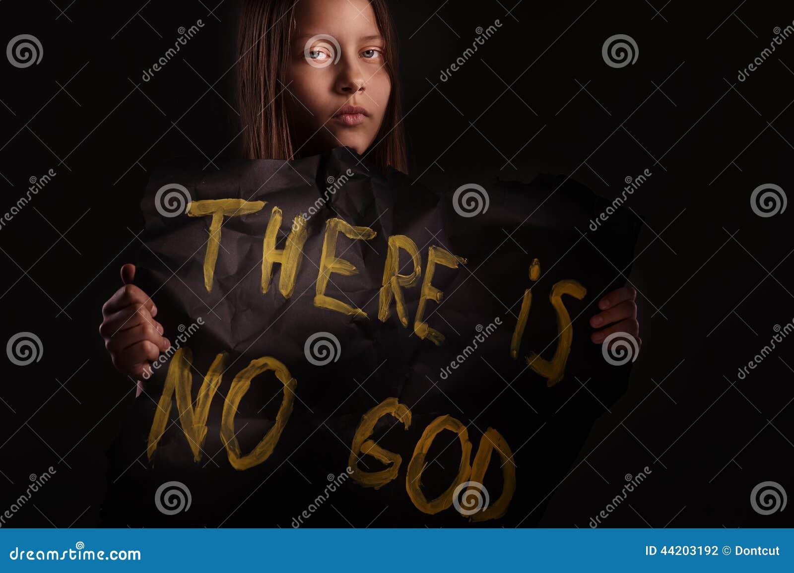 Tonårig flicka för ateist som rymmer ett baner med inskriften