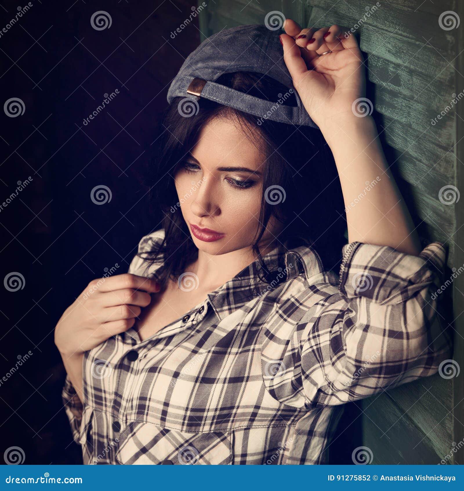 Tonårig flicka för härlig makeup i moderiktigt svartvitt rutigt s