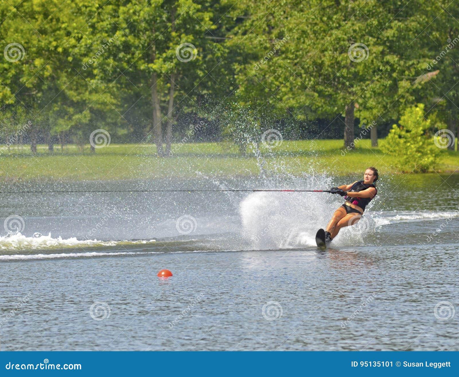 Tonårig flicka på vatten Ski Course