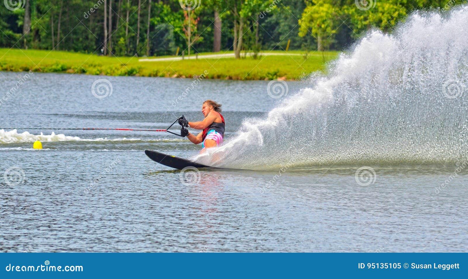 Tonårig pojke på vatten Ski Course