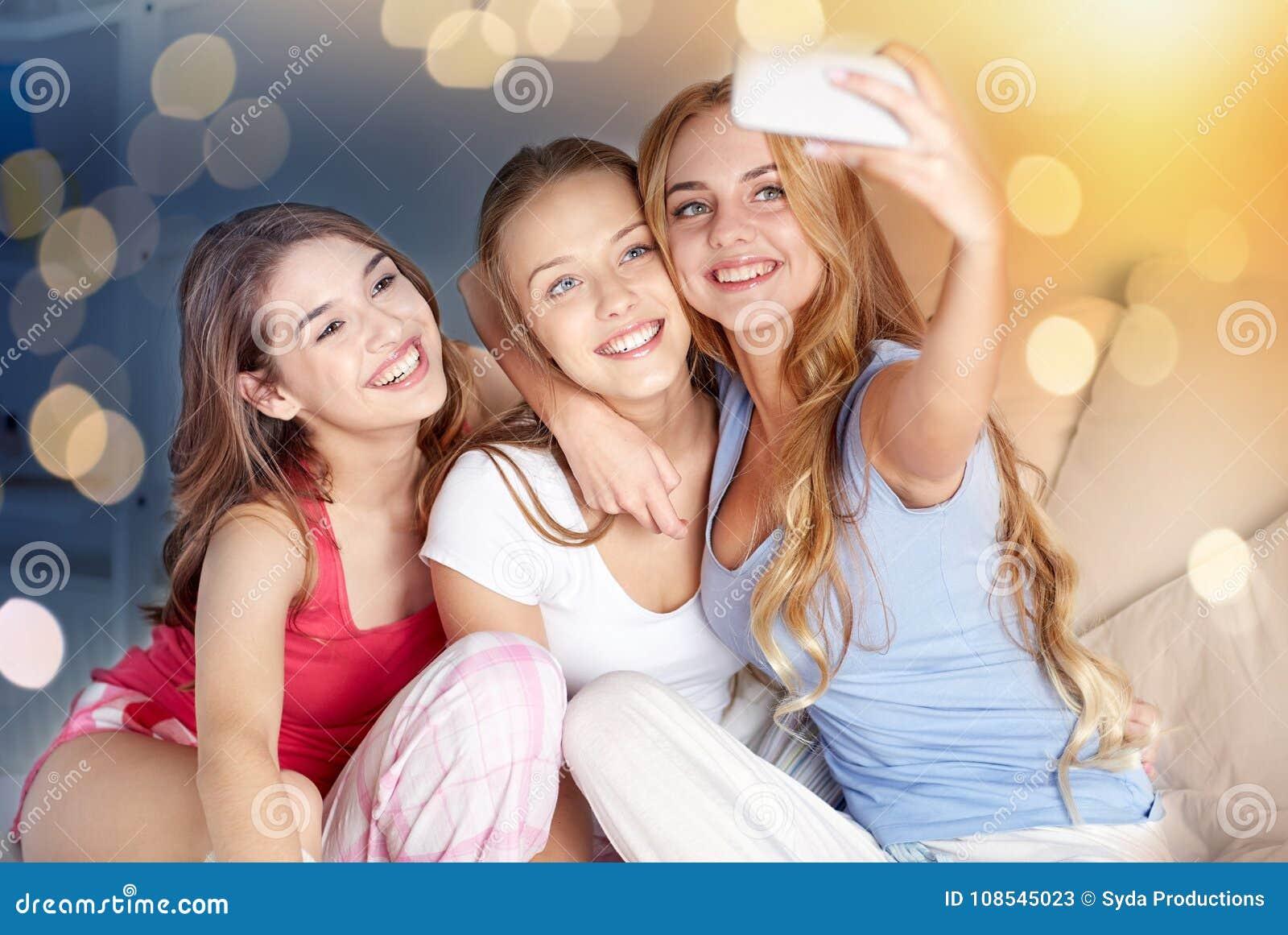Tonåriga flickor med smartphonen som hemma tar selfie