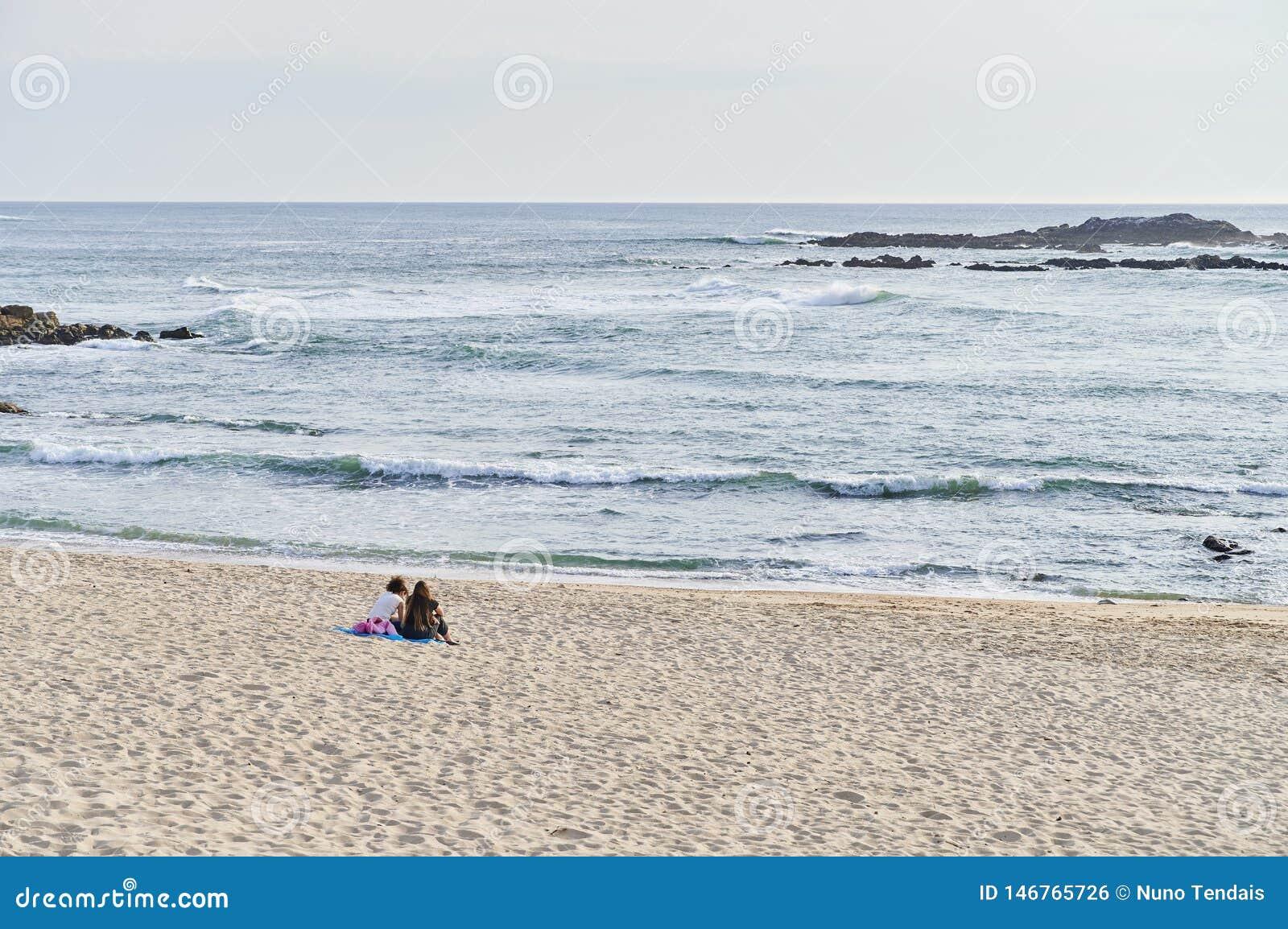 Tonåringar placerade samtal bara på stranden