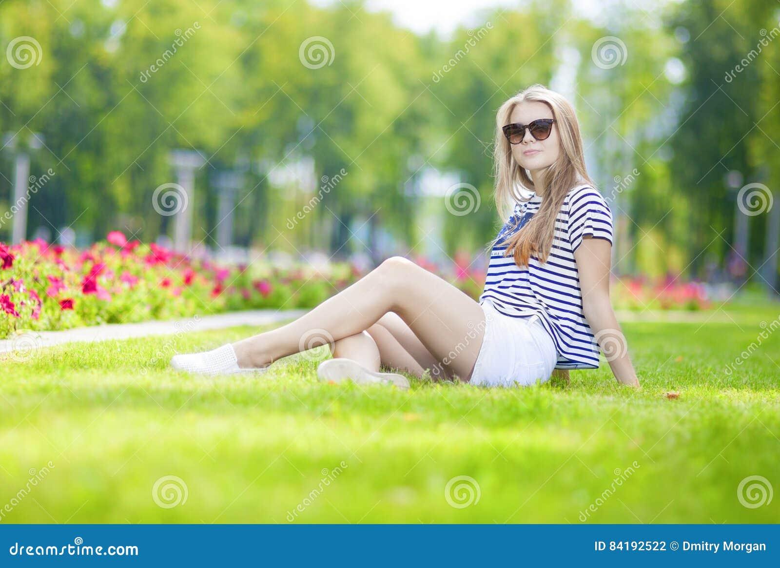 Tonåringlivsstilbegrepp Gulligt stillsamt Caucasian blont tonårigt