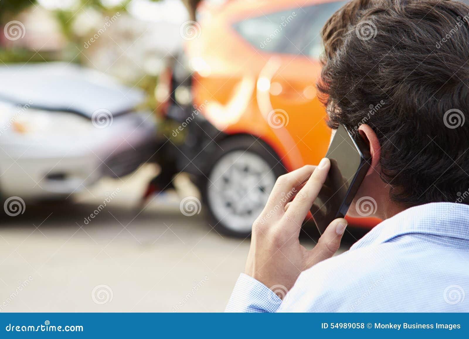 Tonårs- chaufför Making Phone Call efter trafikolycka