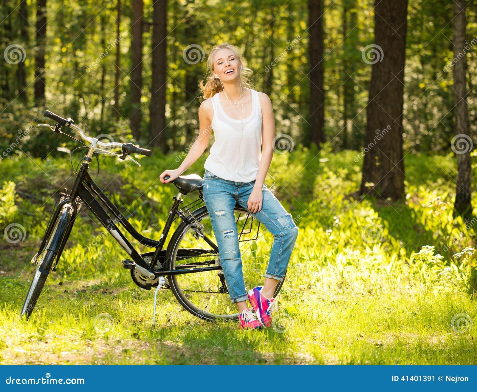 Tonårs- flicka med cykeln