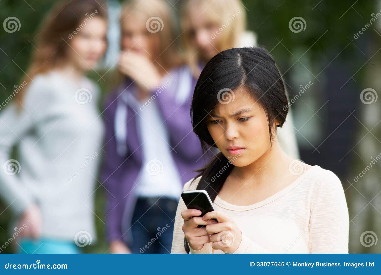 Tonårs- flicka som trakasseras av textmeddelandet på mobiltelefonen