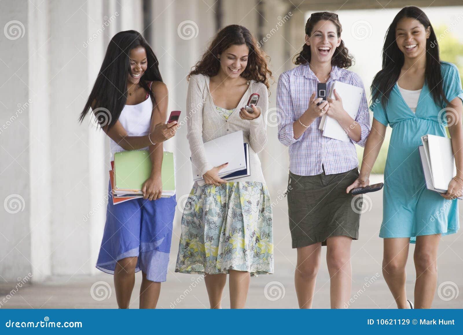 Tonårs- gå fyra tillsammans