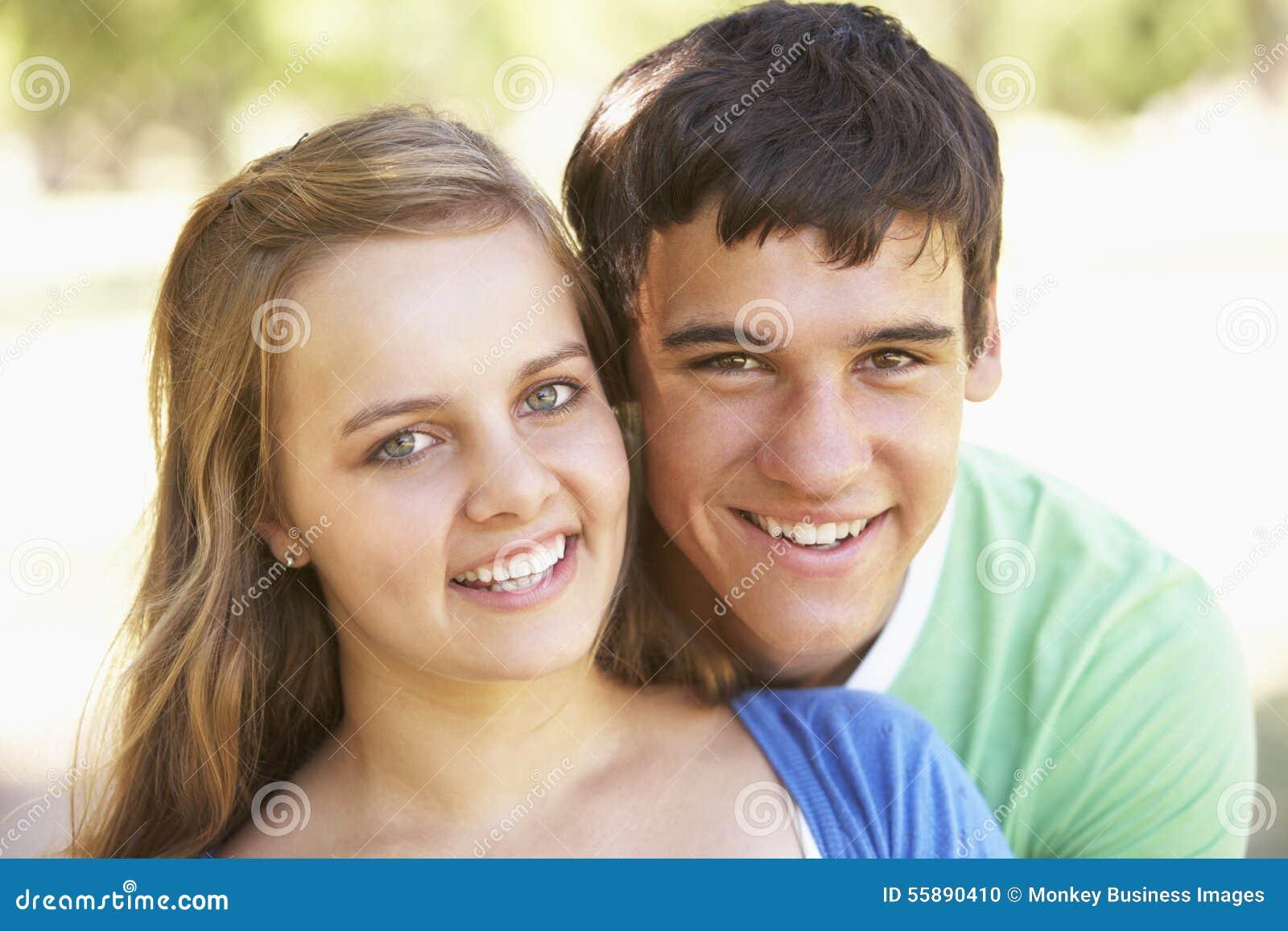 Tonårs- par som har gyckel parkerar in, tillsammans