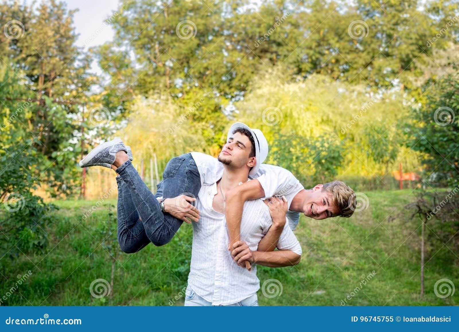 Tonårs- pojkar som gör akrobatik och gyckel