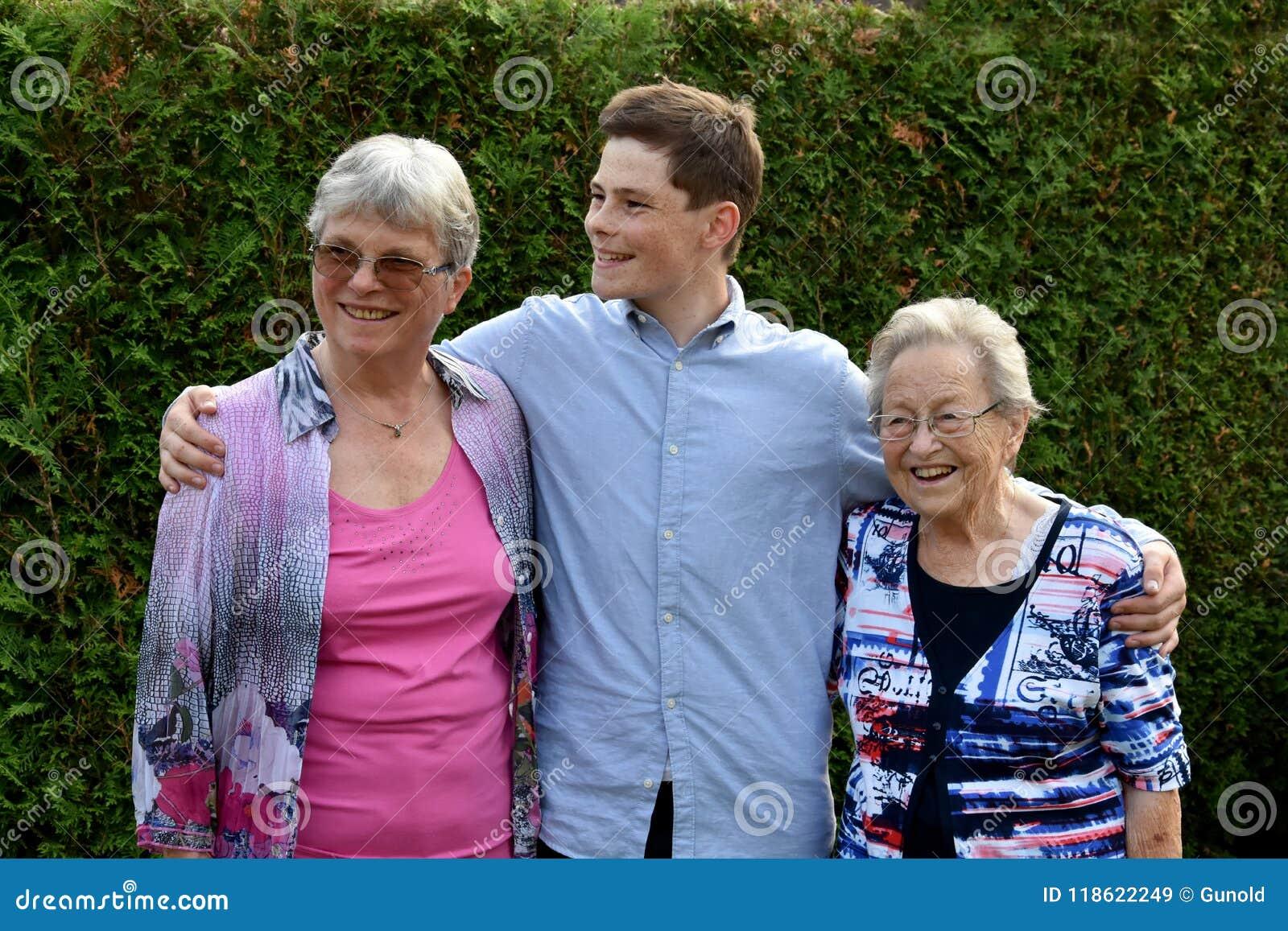 Tonårs- pojke och hans farmödrar