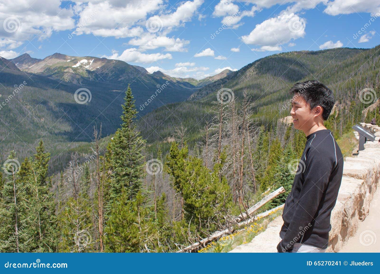 Tonårs- pojke som ser bergen