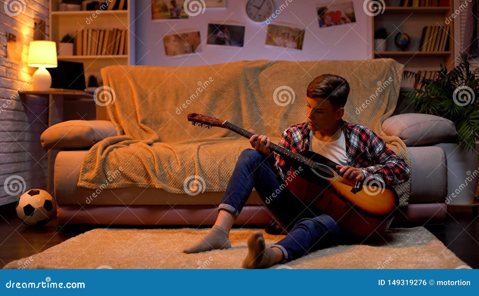 Ton?ring som studerar f?r att spela gitarren som dr?mmer om musikerkarri?rhobbyen, livsstil