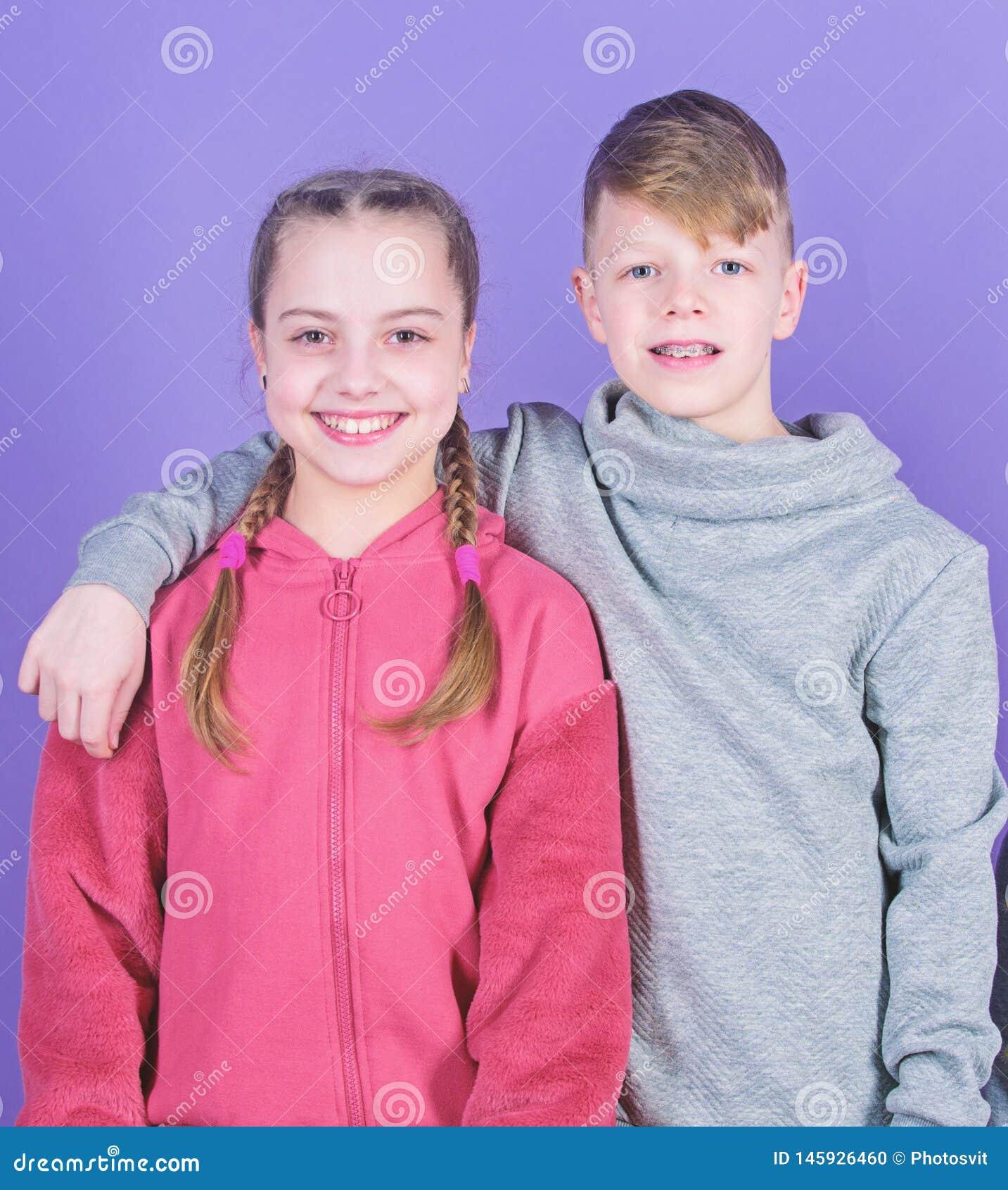 Ton?rv?nner Riktigt kamratskap f?r flicka och f?r pojke Barn som ler framsidor p? violett bakgrund V?nkram Barns dag