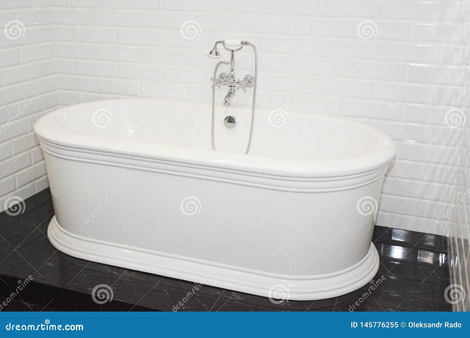 Ton van het luxe de moderne bad in eigentijdse huisbadkamers