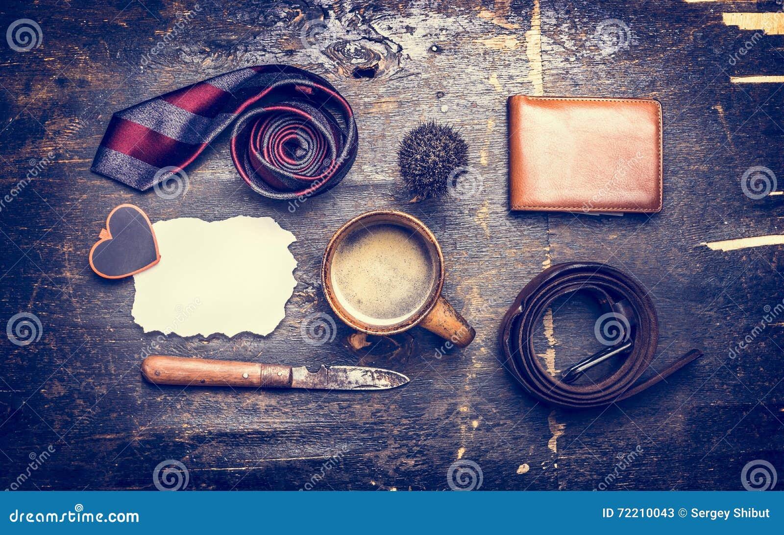 Tonat begrepp av dagen av hans fader, en kopp kaffe, band, bälte, kniv, läderplånbok, ställetext på en vykort