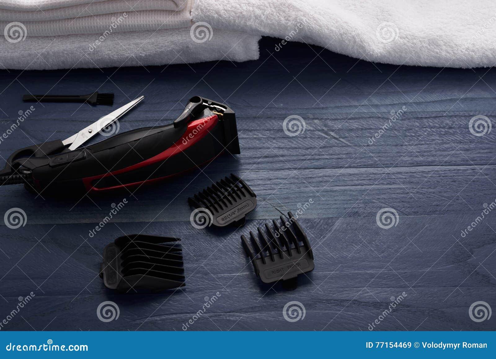 Tondeuse et ciseaux le salon de coiffure sur un tabl en bois