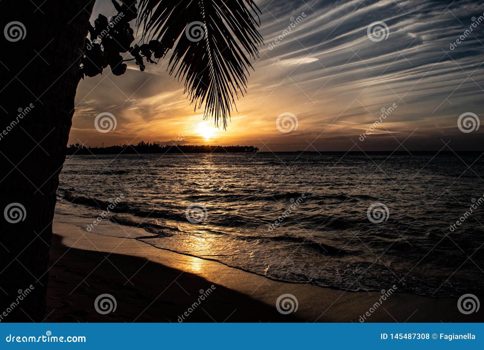 Toneel Cara?bische zonsondergang in Las Terrenas, Dominicaanse Republiek