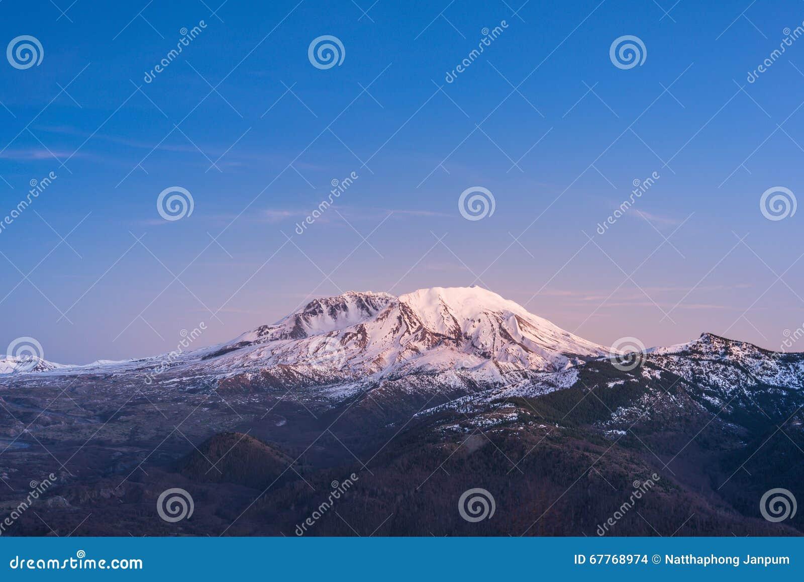 Toneeldiemening van MT st Helens met sneeuw in de winter wordt behandeld wanneer de zonsondergang, St Helens Nationaal Vulkanisch
