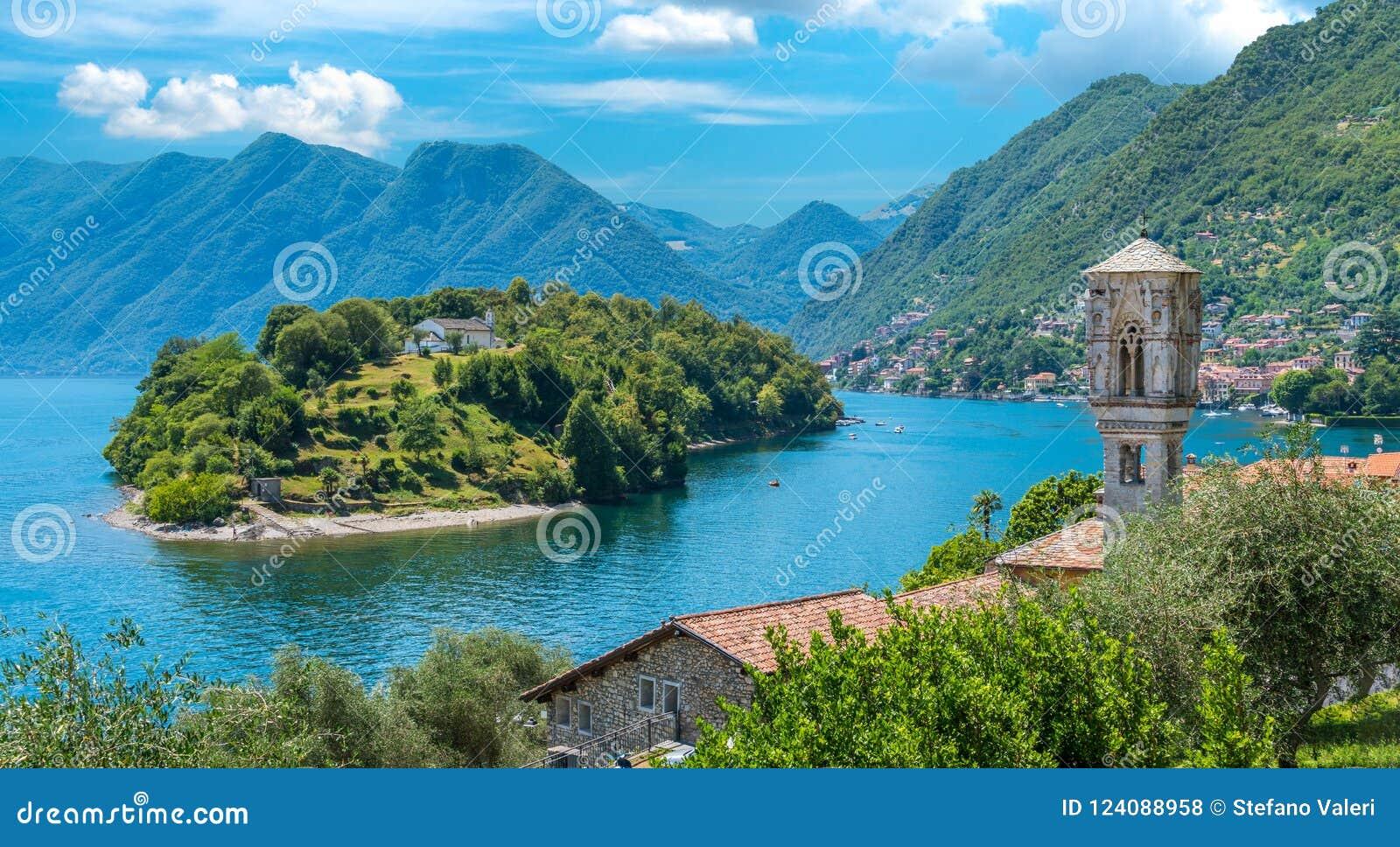 Toneelgezicht die in kleine en mooie dorp het van Ossuccio, Meer Como, Lombardije Italië overzien