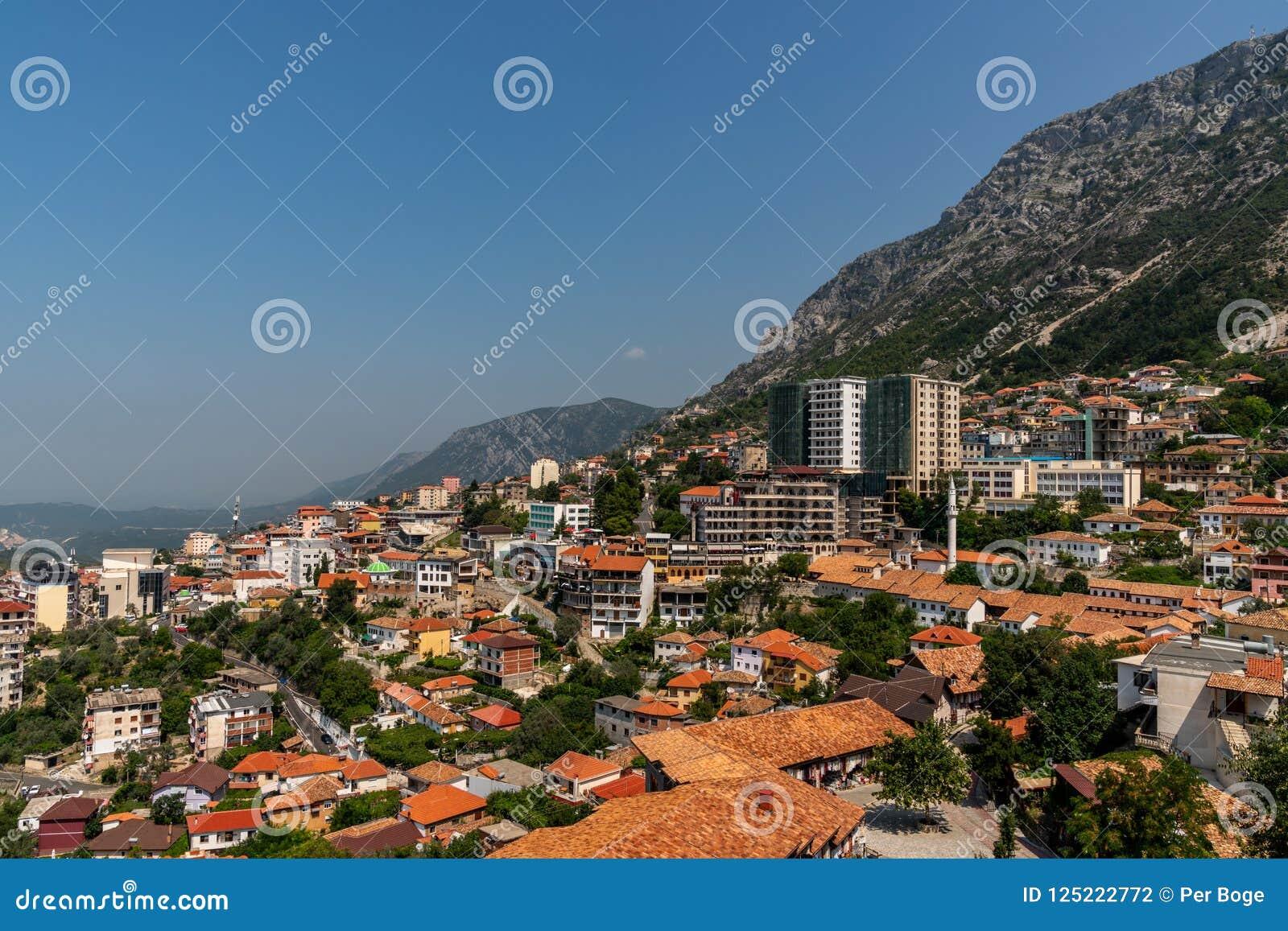 Toneellandschapsmening van de stad Kruja op een berghelling met blauwe hemel in Albanië