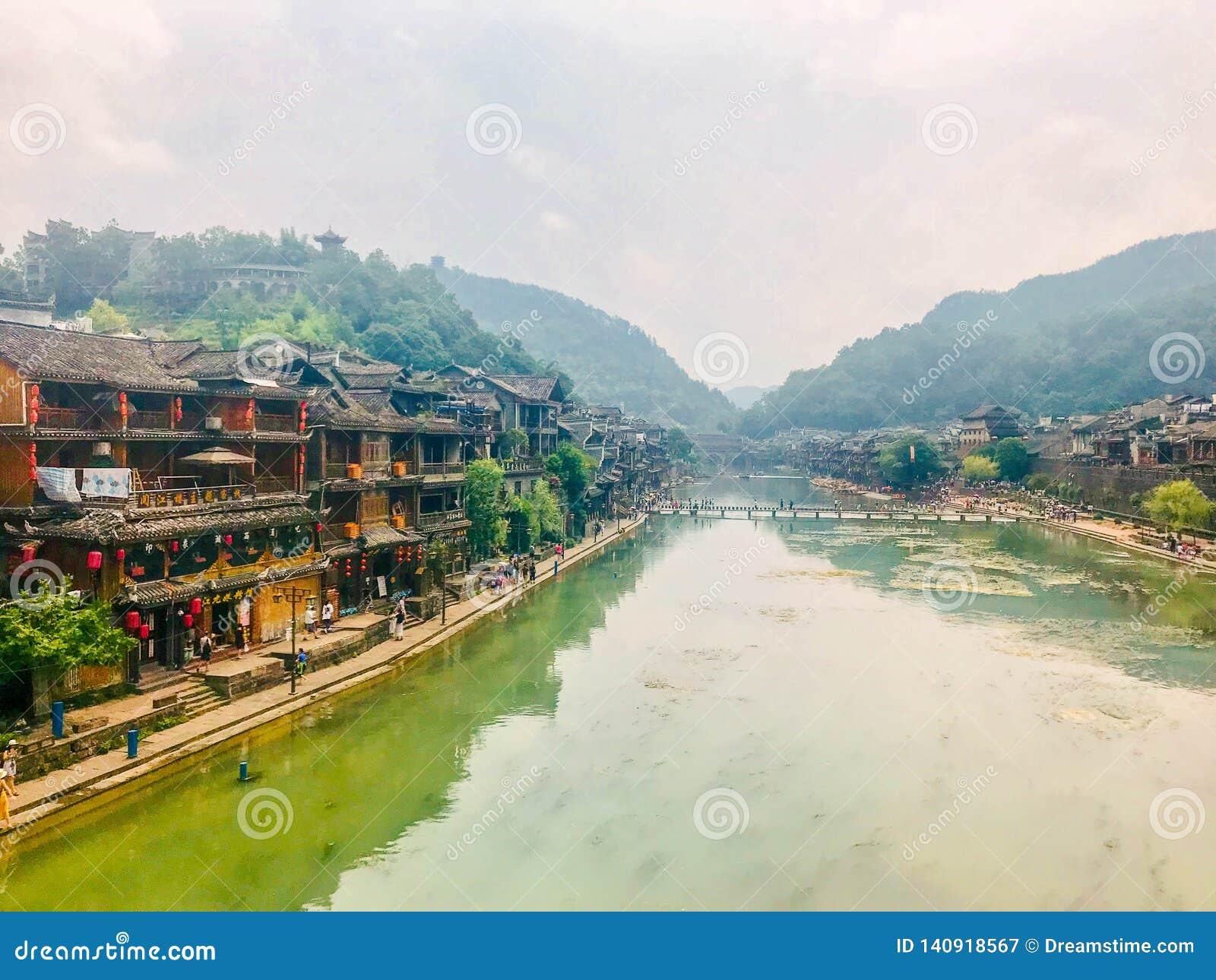 Toneelmening over de straat in een oude Chinese stad, Fenghuang, China