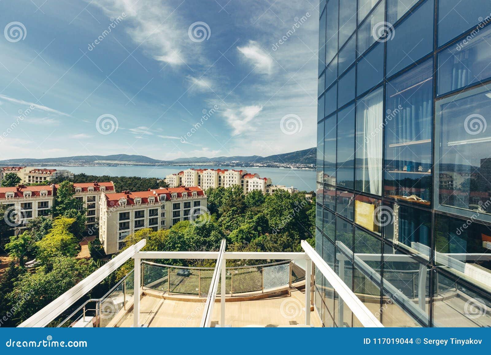 Toneelmening van de stad en het overzees van het balkon van het terras