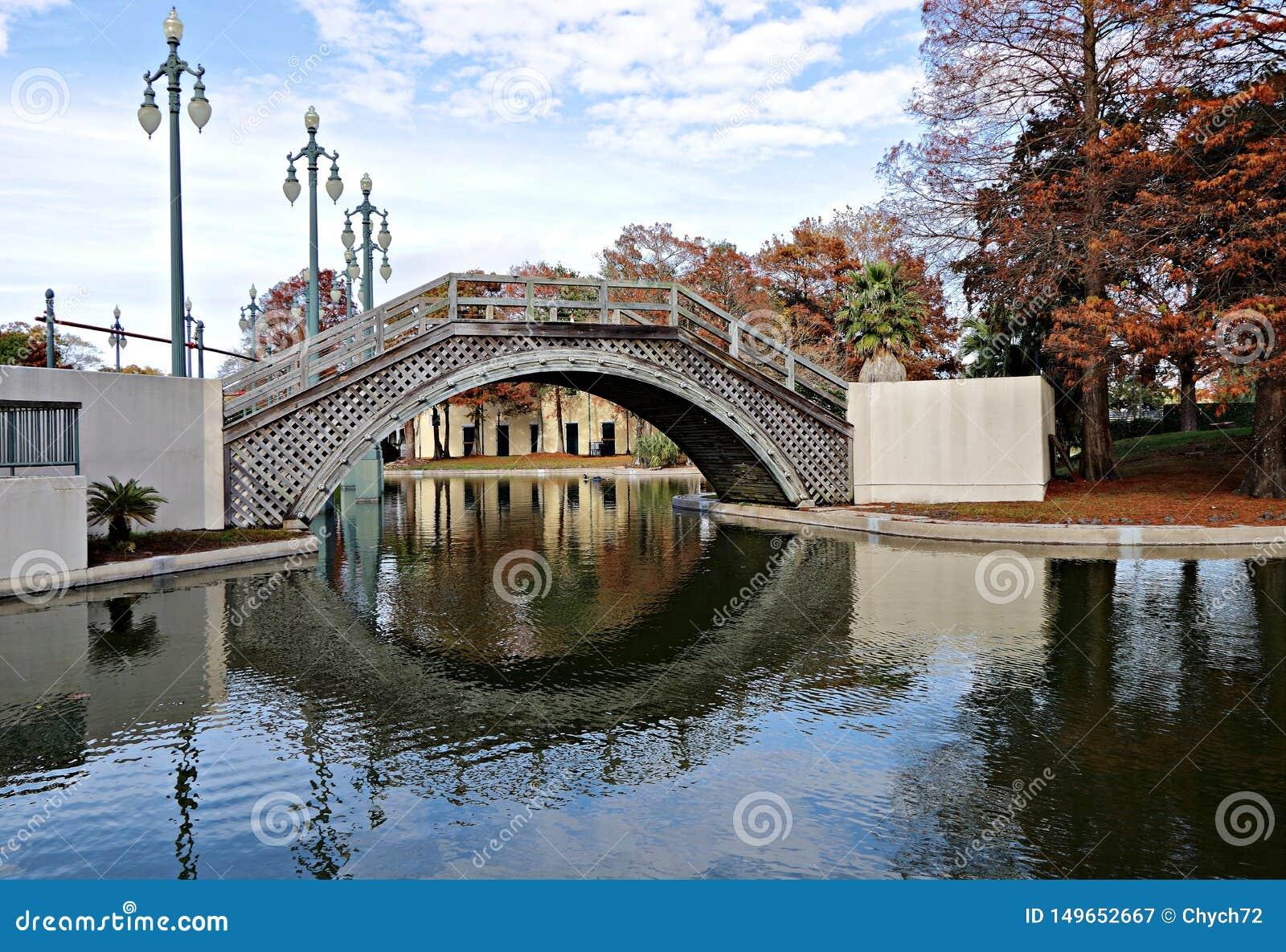Toneelmening van een brug, meer en cipresbomen in Louis Armstrong Park, New Orleans, Louisiane