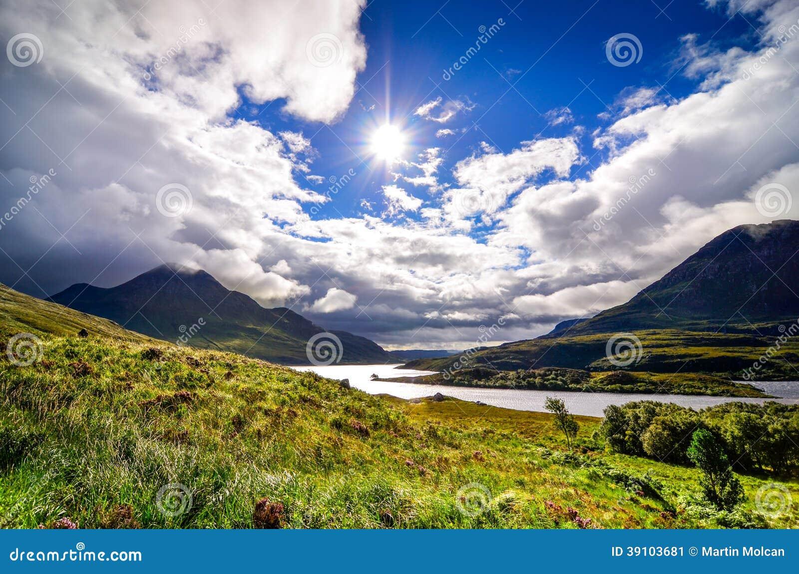 Toneelmening van het meer en de bergen, Schotland