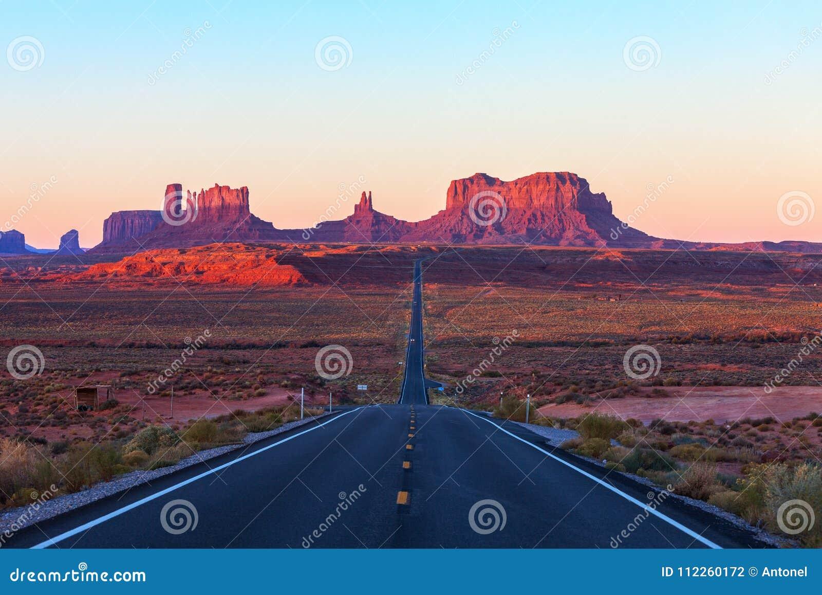 Toneelmening van Monumentenvallei in Utah bij zonsopgang, Verenigde Staten