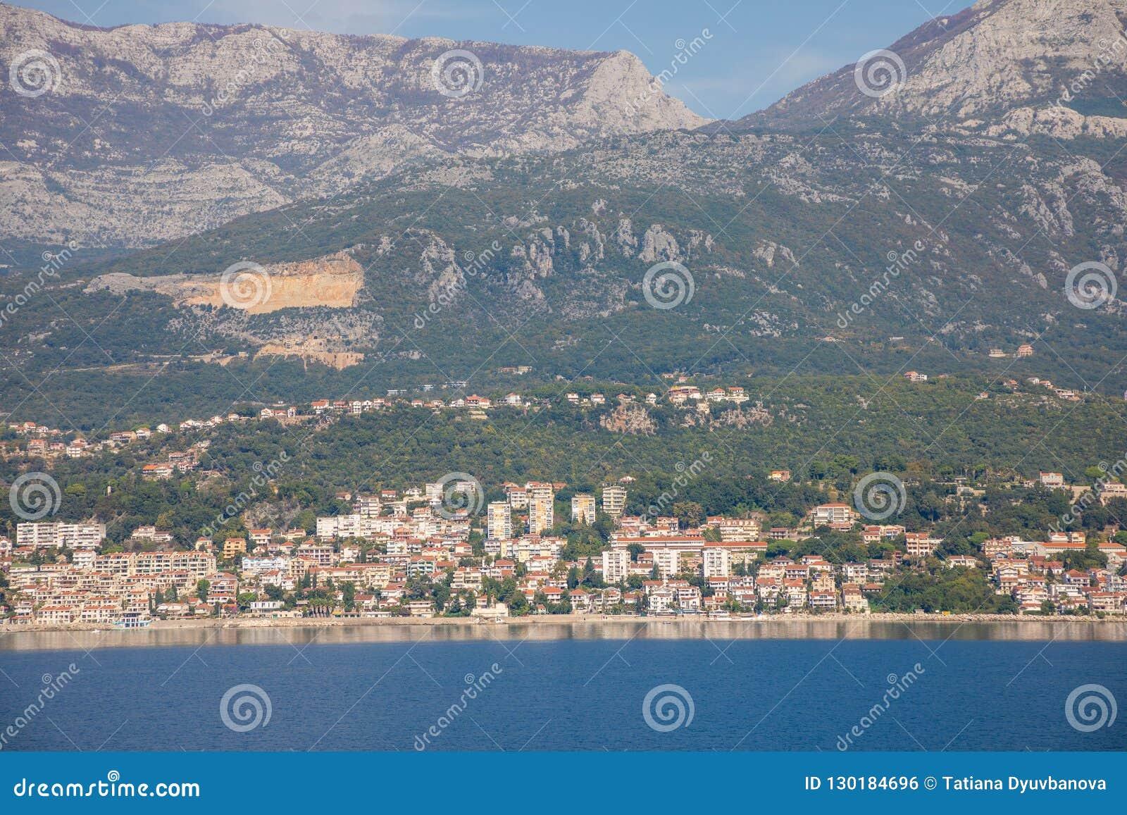 Toneelmening van oude stad, bergen en de kust van water van Kotor-baai, Montenegro
