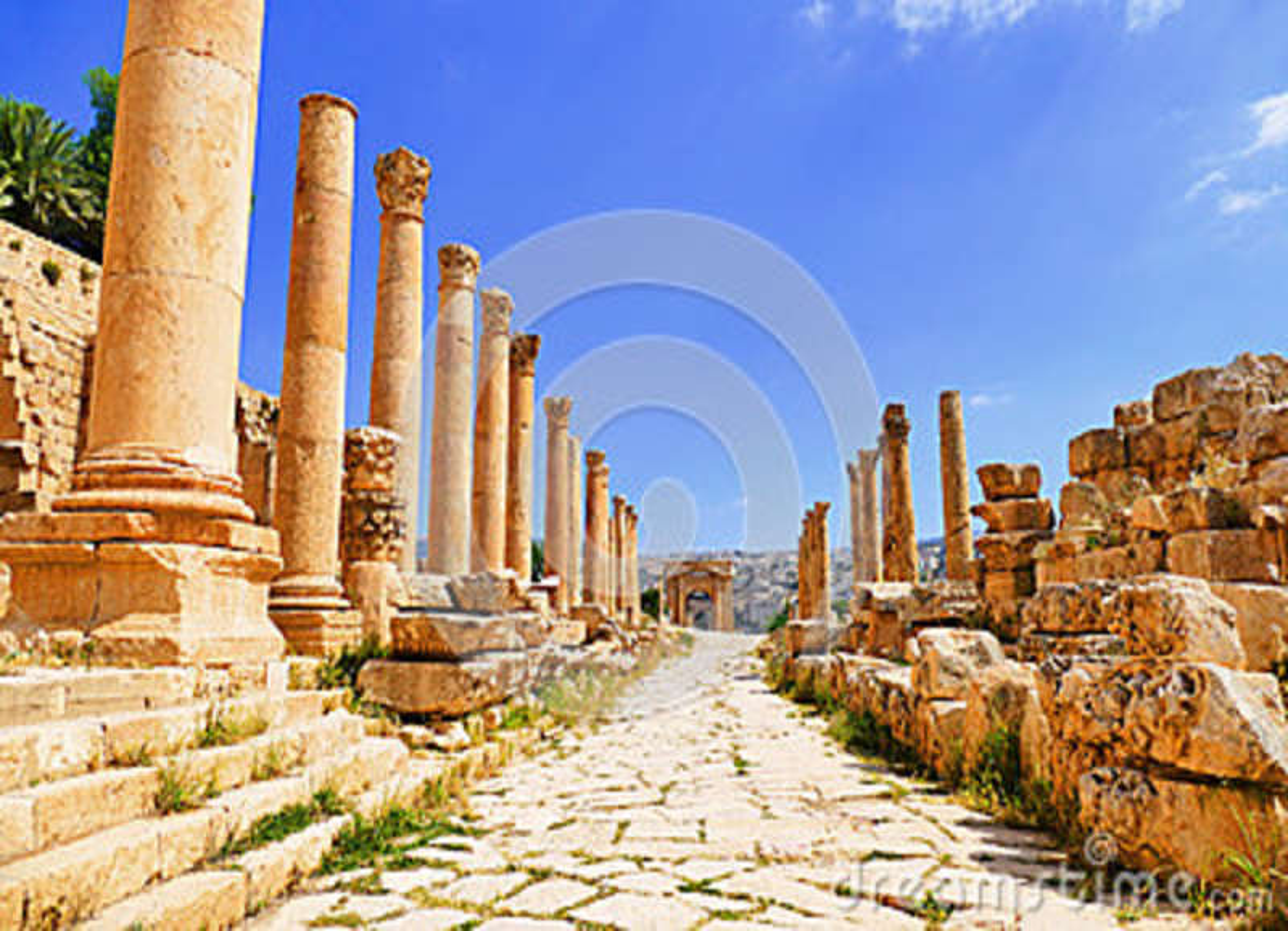 Toneelmenings Oude Grieks-Romeinse Corinthische Kolommen op Colonnaded Cardo aan het Noorden Tetrapylon in Jerash, Jordanië